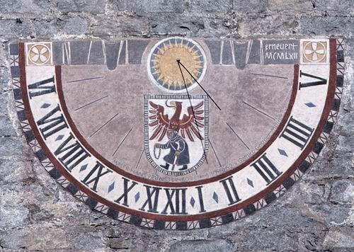 Гномон солнечных часов на городской башне